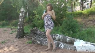 Esta jovem se masturba ao ar livre!