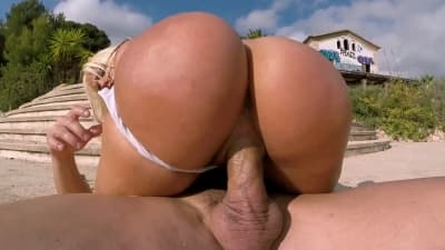 Esta loira tem uma bunda enorme para gozar!