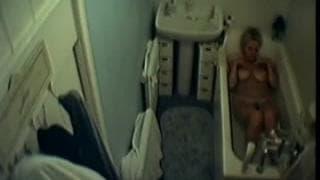 Esta senhora fica nua na banheira !