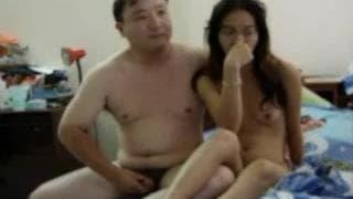 Casal asiático gosta de fazer amor na cama