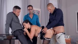Lea Lexis numa cena de sexo com tres caras!
