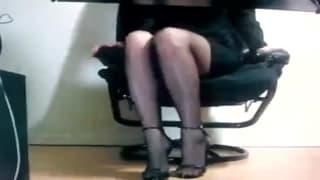 Esta amadora brinca com dildo no trabalho