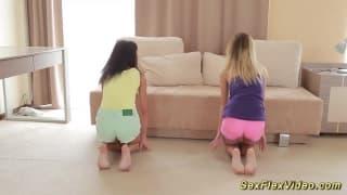 Jovens fazendo flexões vestidas e nuas