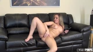 Carmen Valentina masturba-se