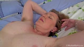 Gordinha com vagina peluda se masturbando
