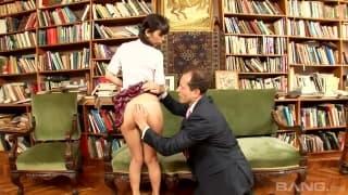 Asiatica gosta de sexo no meio dos livros