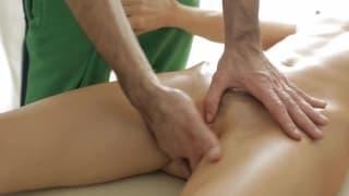 Uma massagem bem gostosa para esta loira!