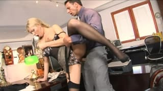Secretaria sensual a abrir as pernas