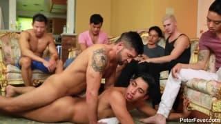 Um grupo de estudantes gays muito excitados