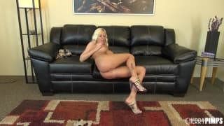 Riley Evans fica excitada no sofá !