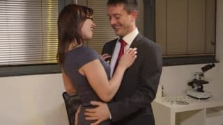 Ela ejacula na bunda de sua colega!