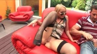 Ela faz ele ejacular no sofa!