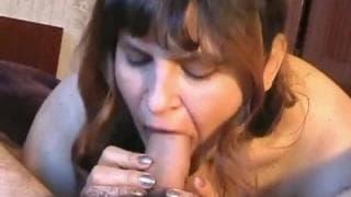Ela agrada seu marido com sua boca suculenta