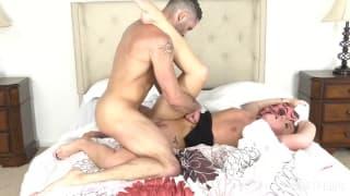 Ele ama o sexo e é mostrado neste vídeo