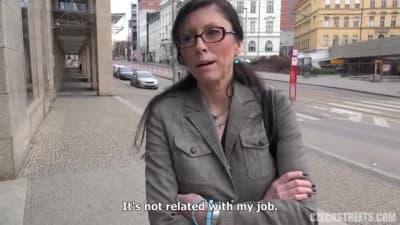 Esta mulher checa fode em qualquer lugar!
