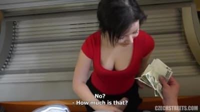Uma mulher checa transa por dinheiro