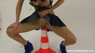 Ela enfia um cone de segurança dentro da buceta