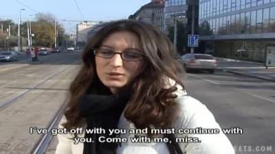 Ela deixa que ele a fode eventualmente!