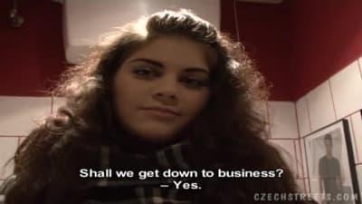 Esta jovem garota checa se oferece dinheiro