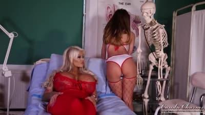 Uma jovem enfermeira com sua linda paciente