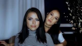 Adriana e Megan vão de porta-a-porta