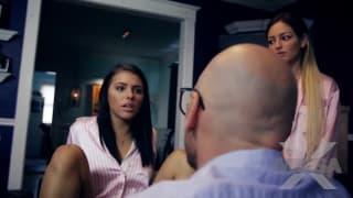 As irmãs Adriana e Kissa pedem ajuda ao pai