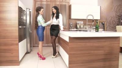 Duas belas mulheres tendo momentos de prazer