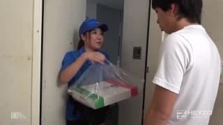 Ela entrega pizzas e quer gorjetas!