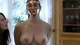 Ela coloca um focinho para masturbá-la!