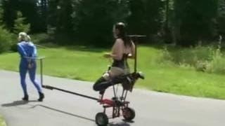 Esta mulher tem uma escrava para passear!