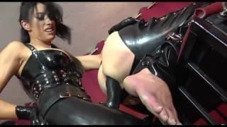 Ela castiga seu homem, penetrando-o !