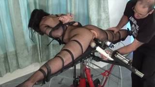 Uma máquina sexual para fazê-la gozar