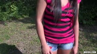 Kristina Miller gosta de chupar de joelhos