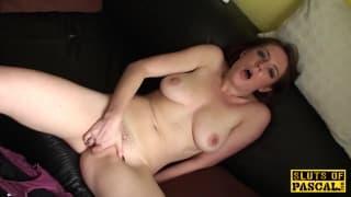 Ele adora ver sua mulher se masturbando