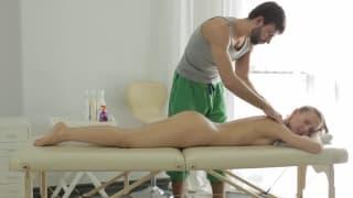 A massagem irá deixá-la muito animada!