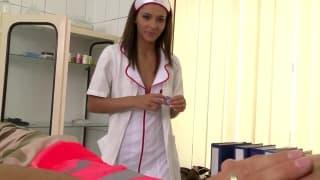 A enfermeira sexy atendendo a um ferido