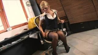 Uma secretária fodendo com seu patrão!