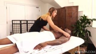 Jaye Summers dá uma massagem a negro!