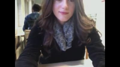 Emma se masturba numa biblioteca pública