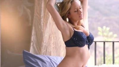 Uma loira poderosa num video a solo