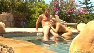Surruba na piscina com vários amigos