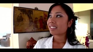 Esta asiática adora ser fodida com força!