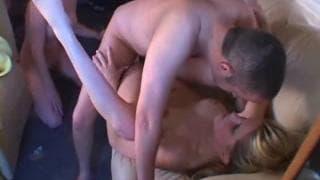 Amigos se reúnem para fazer sexo quente