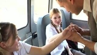 Duas estudantes partilham rola numa van!