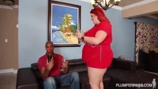 Um homem negro fode Eliza no sofá !