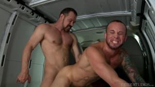 Marxel Rios com Max Sargent numa van