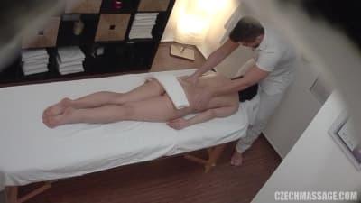 Esta massagista se apaixona pela sua cliente