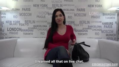 Lucka masturba-se no sofa num casting
