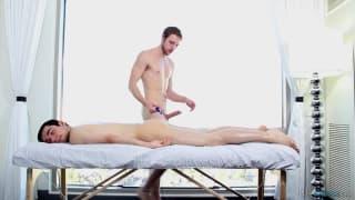 Nico Duvall dá uma boa massagem a Austin