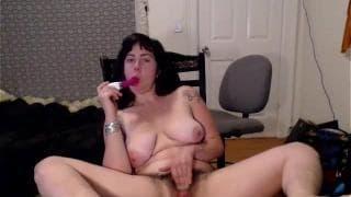 Cleo adora mostrar suas mamas e se masturbar